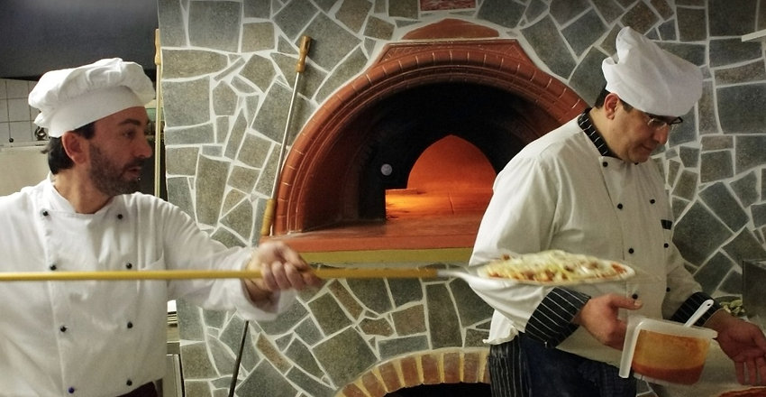 Kiviks Restaurang och Pizzeria i Kivik erbjuder ett italienskt kök med vedeldad pizzaugn.