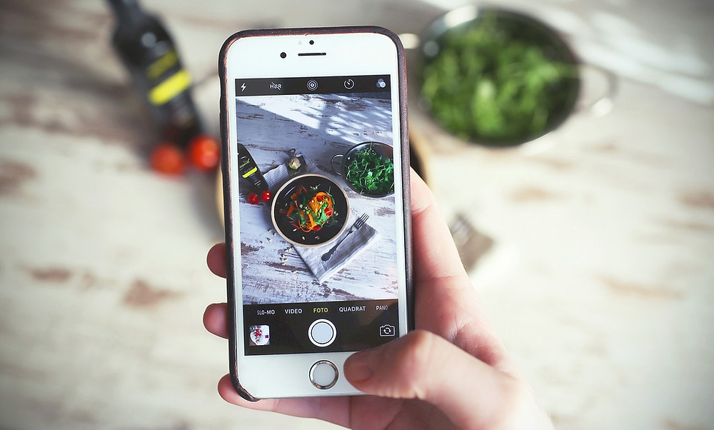 Taking an aesthetic Food Photo with your mobile? This guide will help you with photo tips and photo hacks for taking beautiful photos of Food!