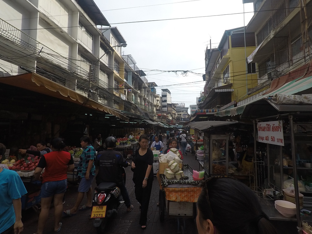 The Alleys hide some Street Food Gems in Chinatown, Bangkok. The STreets are crowded and many locals and tourists seek the best street food from uncountable Street Food Stands along Jarowat Road and in the ascending streets and alleys.