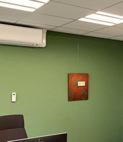 Eén van de werken uit deze serie aan de muur.