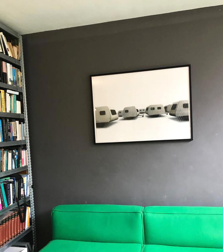 Een ingelijste tekening uit deze serie aan de muur.
