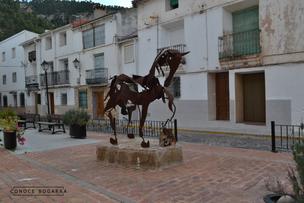 Situado en la Plaza Mayor. Un museo al aire libre, donde disfrutar de la fusión entre  arte y la naturaleza. Ruta de las Esculturas.
