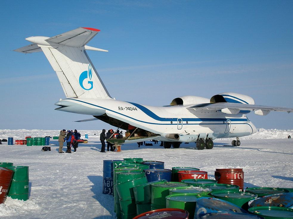 Antonov-et-fûts-Pole-Nord.jpg