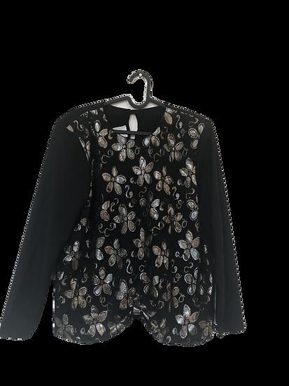 Schwarze Bluse mit Blumenstickerei .