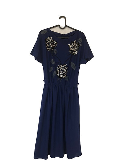 Königsblaues Kleid mit silbernen Rosen