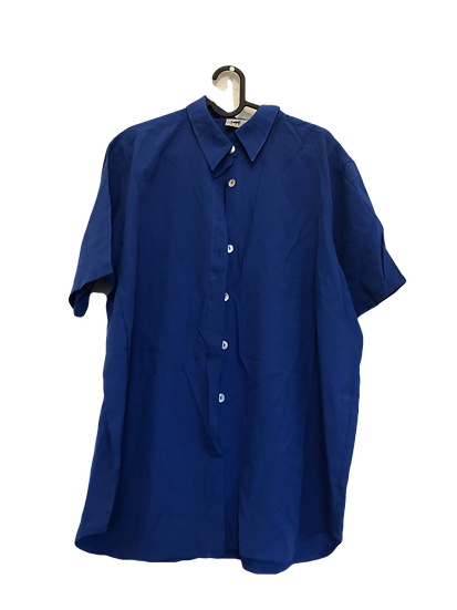 Blaue Bluse mit Perlmuttknöpfen
