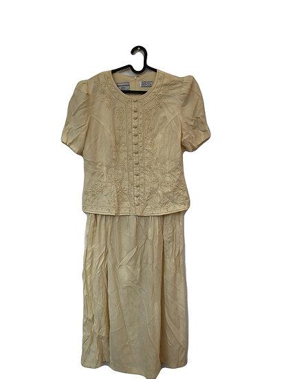 Cremefarbiges Kleid mit Stickereien und Perlen