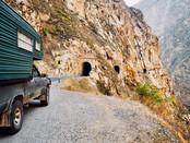 35 einspurige Tunnel und daneben einsteiler Abgrund