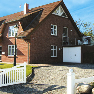 Blick auf das Haus und die Auffahrt