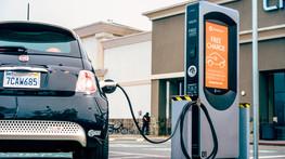 Carros elétricos e estações de recarga