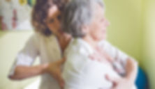 Brigitte Dubuc, riche de son expérience avec la clientèle âgée, accueille les aînés avec douceur afin de leur offrir des soins ostéopathiques adaptés.