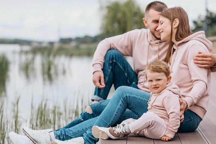 FAMILLE - BEBE - ENFANT - ADOLESCENT - ADULTE - AINE - PERSONNE AGEE - OSTEOPATHIE - CORPS EN MAIN