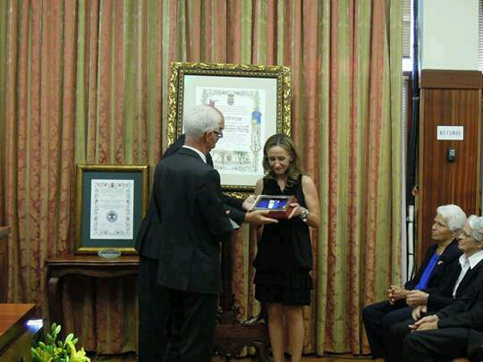 Directora recogiendo Medalla