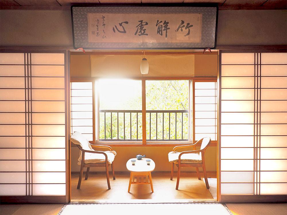 窓からは自然の光がふんわり入り込みます。室内にいながら、窓の外の蔵王の四季を感じられるでしょう。