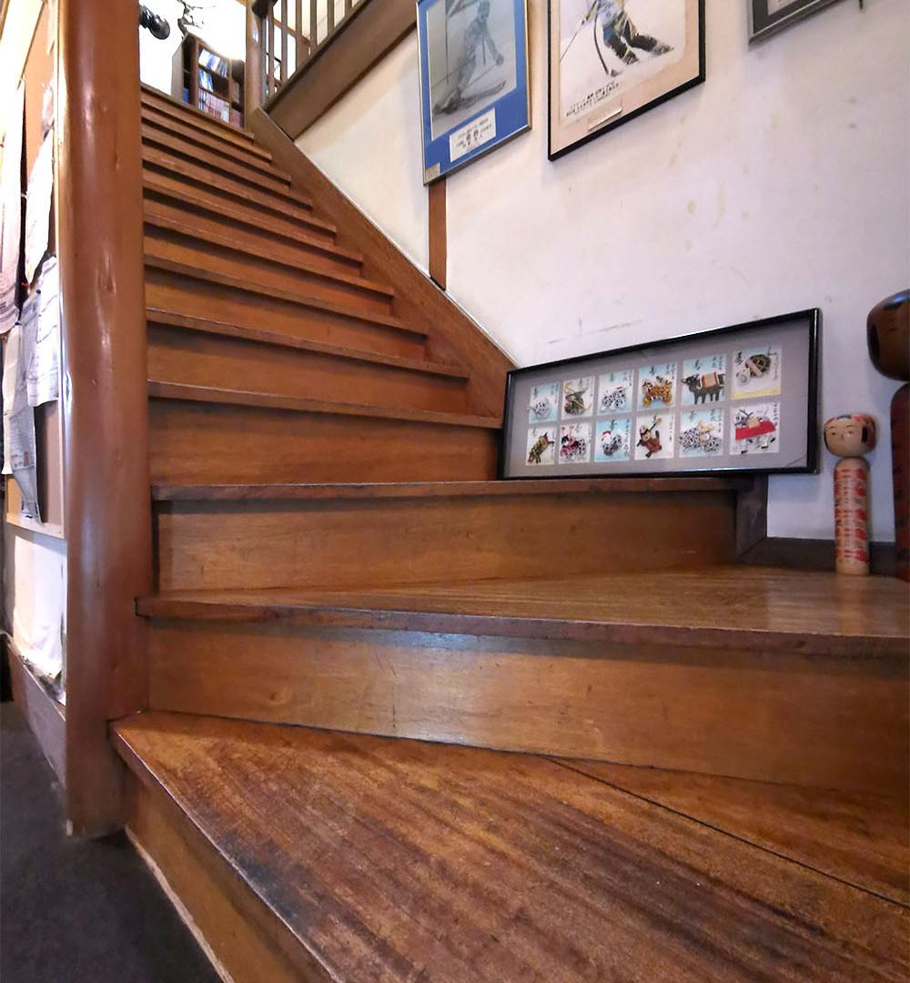 お部屋は全て二階です。手すりのついた階段付近にはこけしや昔の蔵王のポスターなどがございます。目を向けてみると面白い発見があるかもしれません。
