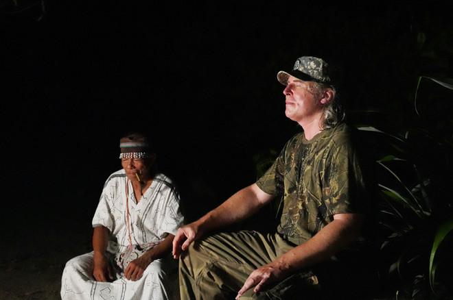 """Petr a Don Cecílio připravují speciální ayahuascový obřad určený ke """"stahování dat"""" z pralesa"""