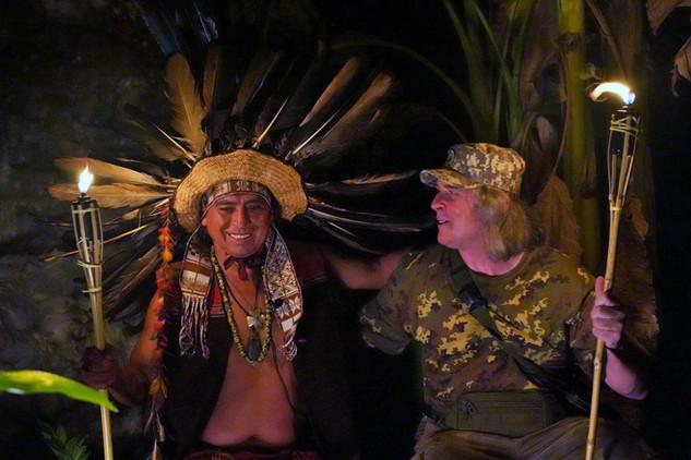 Petr a Don Sergio při nočním rituálu v Aguajalu