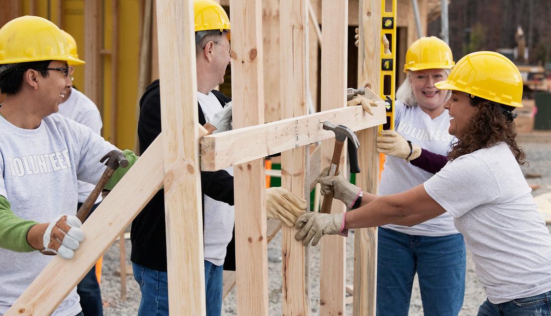 Voluntários no canteiro de obras