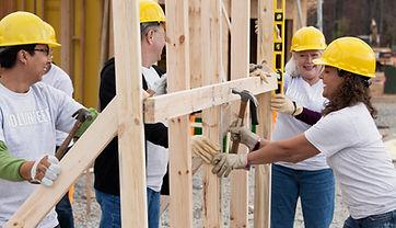Freiwillige auf Baustelle