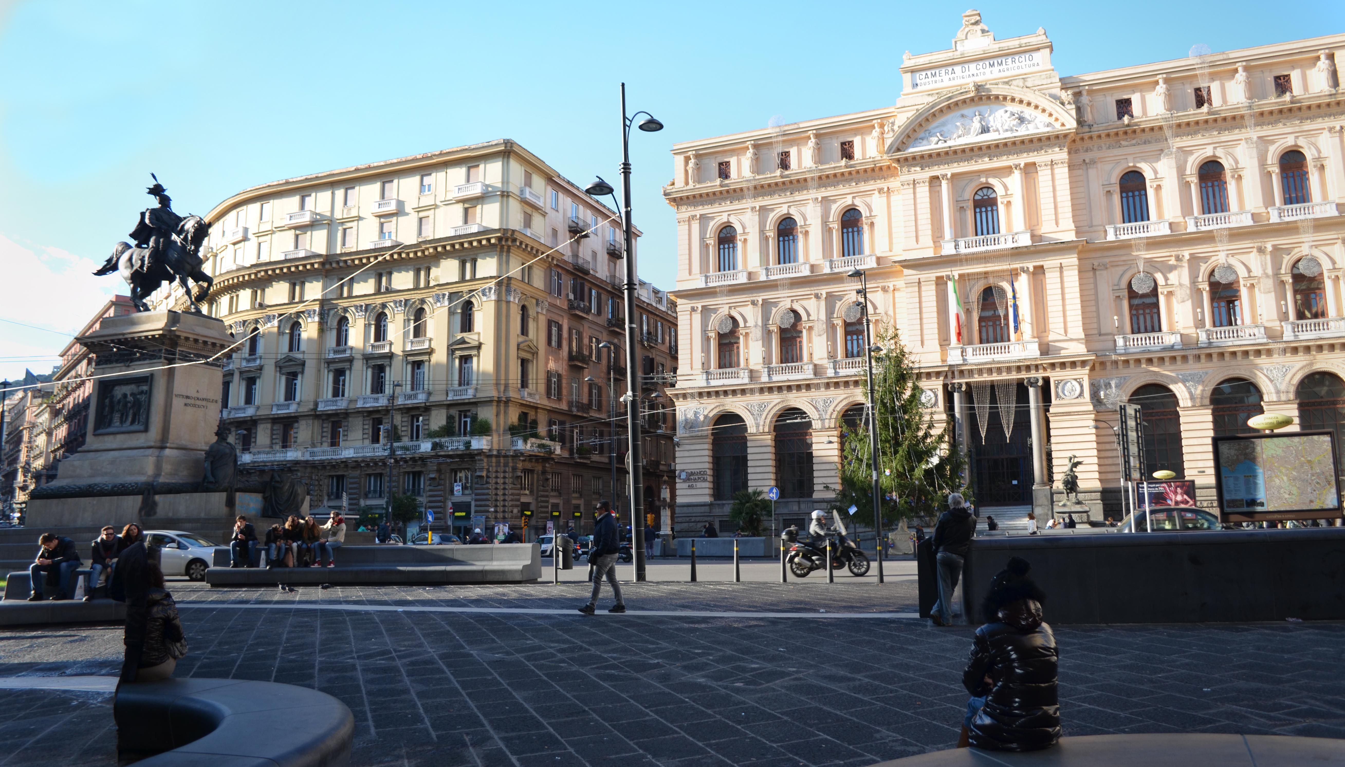 piazza Bovio e camera di commercio