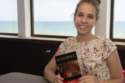 Polina avec le recueil Sacrifice