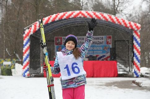юная лыжница на Зимней Спартакиаде