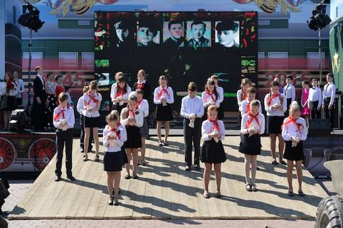 День Победы в Реутове, дети отпускают голубей