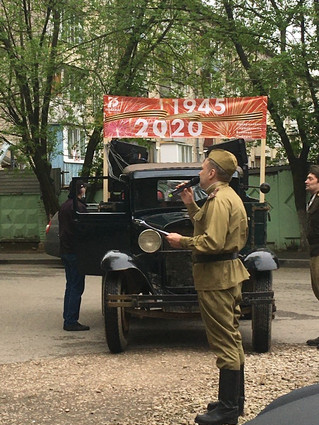 Макс Антипов читает стихи для ветеранов