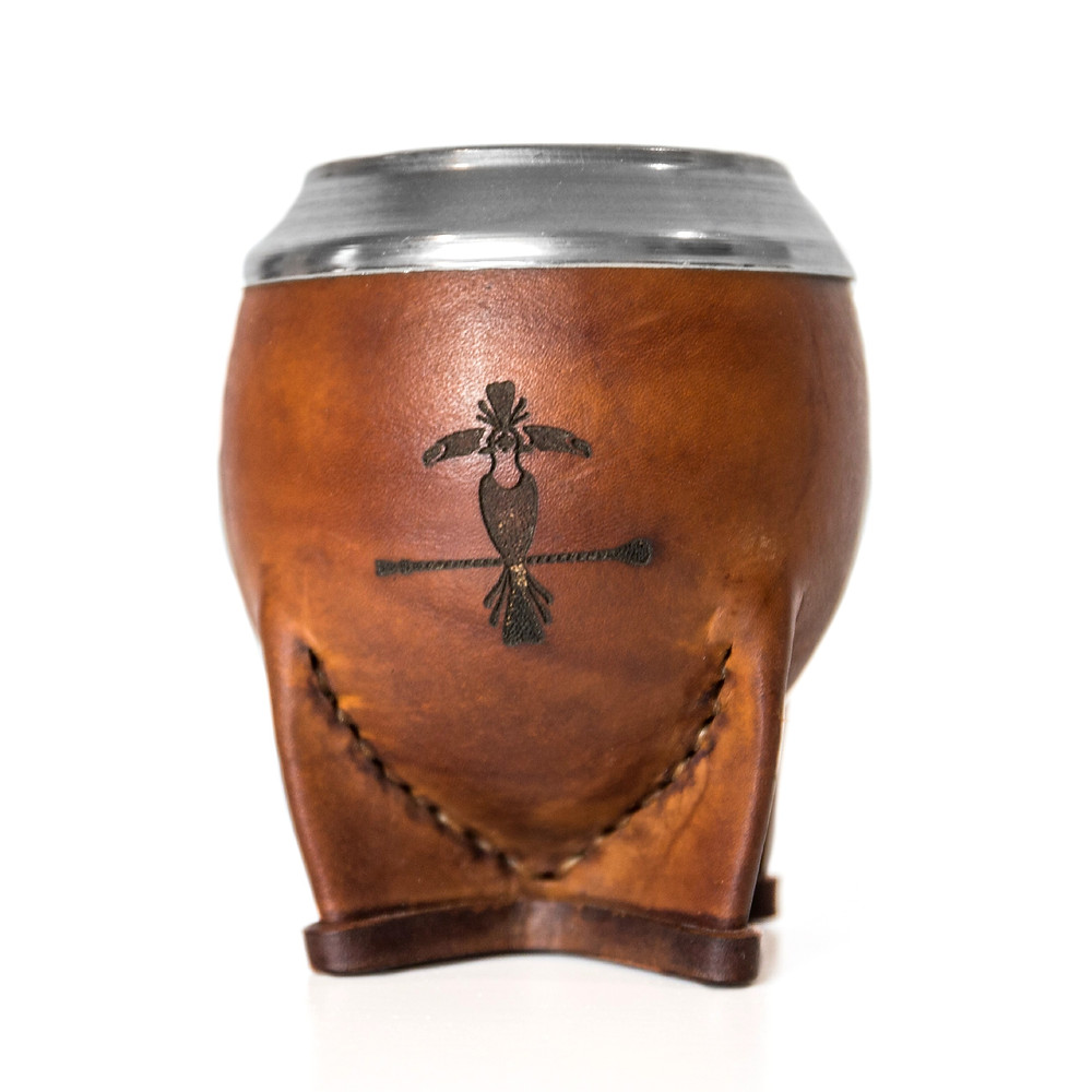This model of gourd of mate is revered by Uruguayan materos for its class, its practicality and the large quantity of yerba that can be brewed in it.