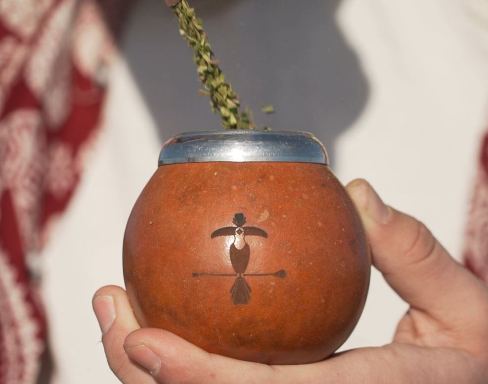 The first step is to pour 3/4 of yerba maté Kayari into your traditional calabash.
