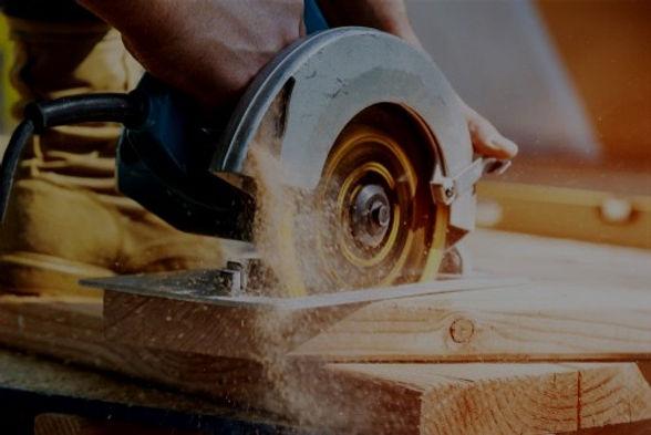Menuisier travaillant le bois