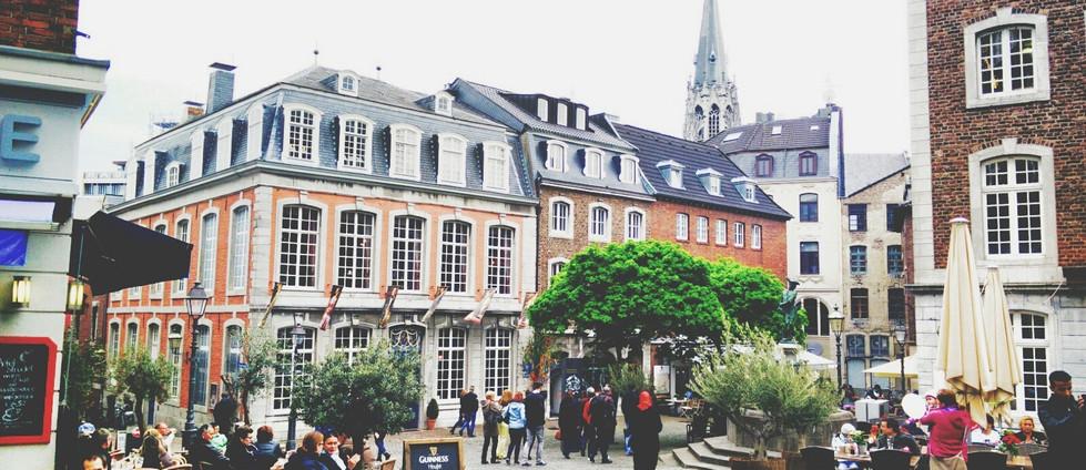 Hermosa plaza de Europa de adoquines