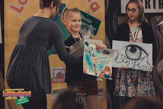 Nagrodę Laurze, za zajęcie I Miejsca w Konkursie Plastycznym Lokomotwy wręcza Pani Marta Derkiewicz z ART CLASSES.