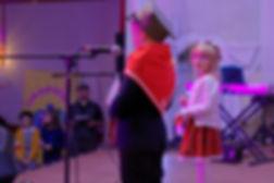 """Nada i Dawidek wykonują a cappella piosenkę """"Zośka""""."""