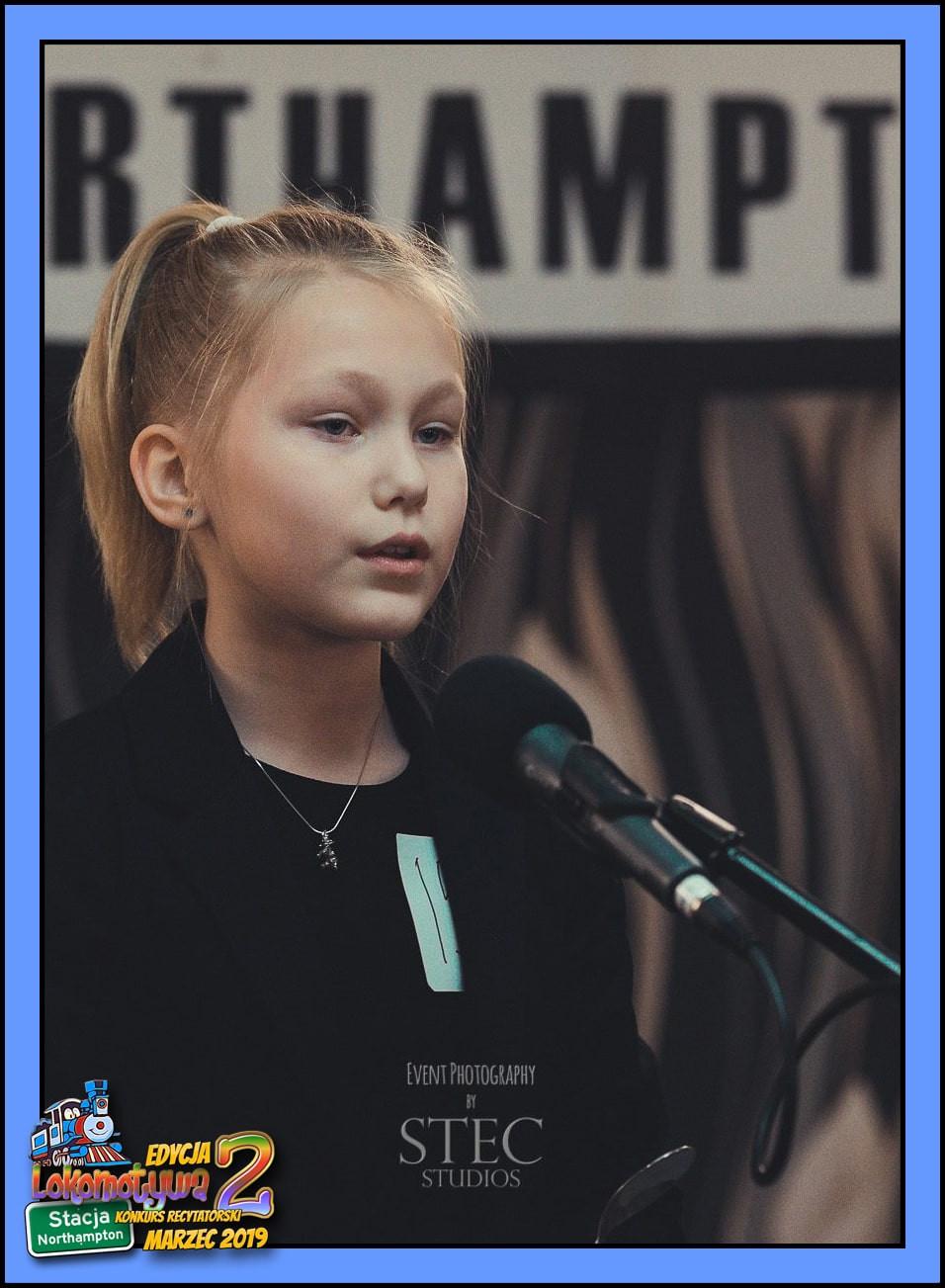 """Laura, lat 10 z wierszem """"O rodzicach"""" Ludwika Jerzego Kerna"""