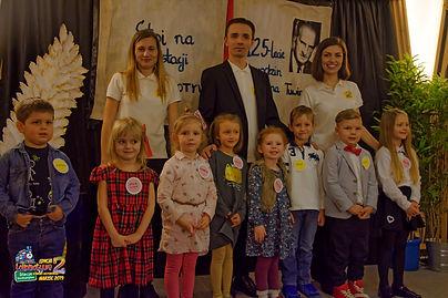 Uczestnicy Kategorii do lat 5 - Kacper, Nadia, Kornelka, Zosia, Emilka, Leoś, Olaf i Amanda z Zespołem Lokomotywy.