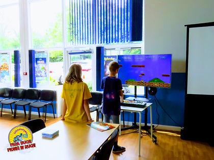 Na konwencie czekało również stanowisko, na którym rodzice i dzieci mogli zagrać w najpopularniejsze gry wideo z minionych epok.