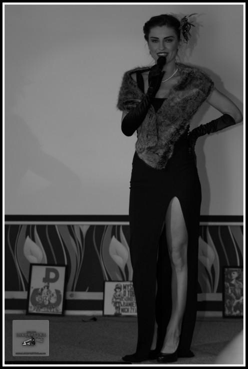Marta wykonująca szlagiery Hanki Ordonówny