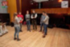 Emilia (Lokomotywa - Stacja Northampton) i młodzi aktorzy z grupy teatralnej Bez Nazwy w GOK w Horyńcu-Zdroju