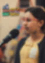 """Sara, lat 8 z wierszem """"Sophie Know-it-all"""" (""""Zosia Samosia"""") Juliana Tuwima"""
