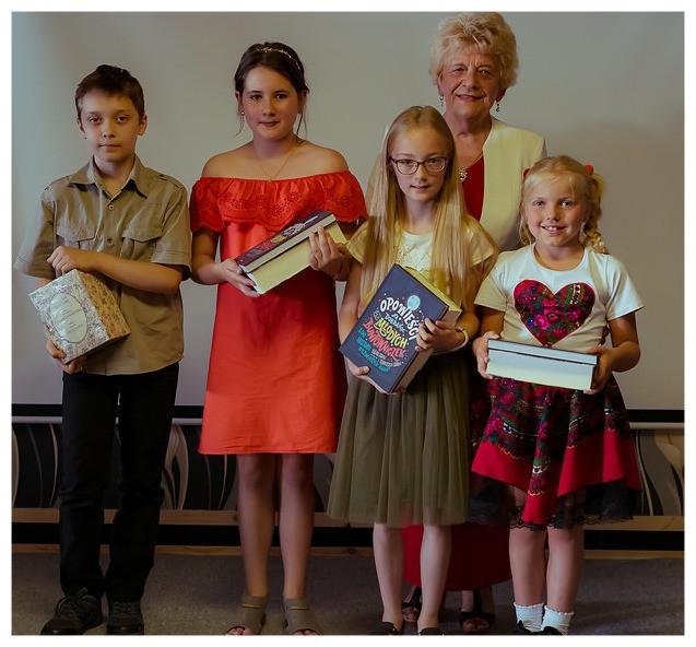 Pani Helena i Dzieci, biorące udział w Wieczorze z poezją. 30 czerwca 2018 roku. Foto: STEC STUDIOS
