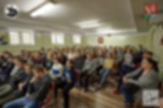 Uczniowie Szkoły Podstawowej im. Józefa Piłsudskiego w Horyńcu-Zdroju zebrani na prezentacji Lokomotywy i Stowarzyszenia Przystanek Horynic