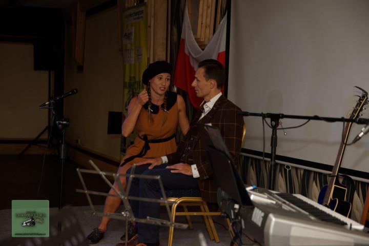 Emilia (Wandzia) i Rafał (Janek) w scence teatralnej