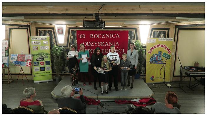 Laureaci Konkursu Plastycznego w kategorii od lat 9 do 16 w towarzystwie Jurorek