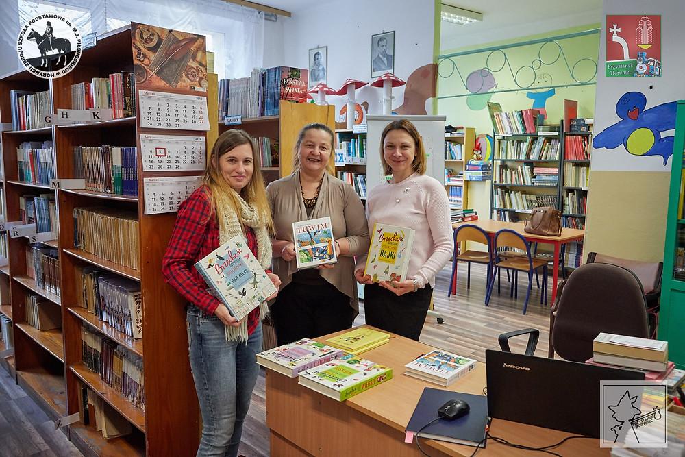 Emilia w szkolnej bibliotece, na rzecz której w ręce pań Teresy Wojtyszyn i Beaty Nazarko przekazała ufundowane przez Lokomotywę książki z bajkami, wierszami i teatrzykami Jana Brzechwy oraz wierszykami Juliana Tuwima.