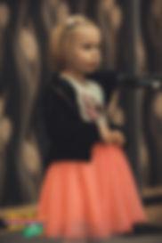 """Anna Nadia, lat 5, w trakcie występu z wierszem """"Gdybym tylko chciała"""", Doroty Gellner"""