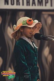 """Zosia, lat 4 w trakcie recytacji wiersza Jana Brzechwy, """"Na straganie"""""""