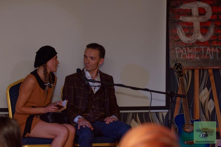 Emilia (Wandzia) i Rafał (Janek) w scence teatralnej.