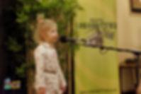 """Kornelka Bendyk w trakcie występu z wierszem """"Na straganie"""" Jana Brzechwy"""