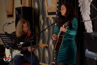 Magda Czuła i jej Tajemniczy Gitarzysta w trakcie mini-recitalu-min.jp